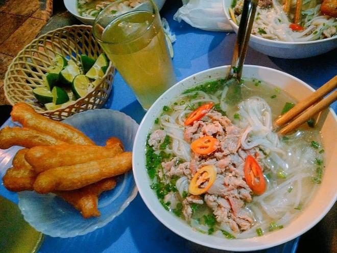 Những hàng ăn ở Hà Nội chỉ mở lúc rạng sáng và nghỉ bán khi mặt trời vừa lên, dù gió rét vẫn tấp nập người qua lại - Ảnh 6.
