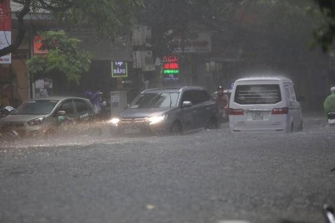 Hà Nội: Nhiều tuyến phố lại ngập sâu sau cơn mưa sáng 8/8 - Ảnh 8.