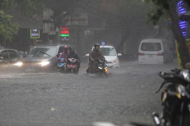 Hà Nội: Nhiều tuyến phố lại ngập sâu sau cơn mưa sáng 8/8 - Ảnh 9.
