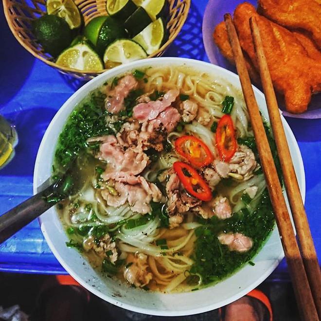 Những hàng ăn ở Hà Nội chỉ mở lúc rạng sáng và nghỉ bán khi mặt trời vừa lên, dù gió rét vẫn tấp nập người qua lại - Ảnh 8.