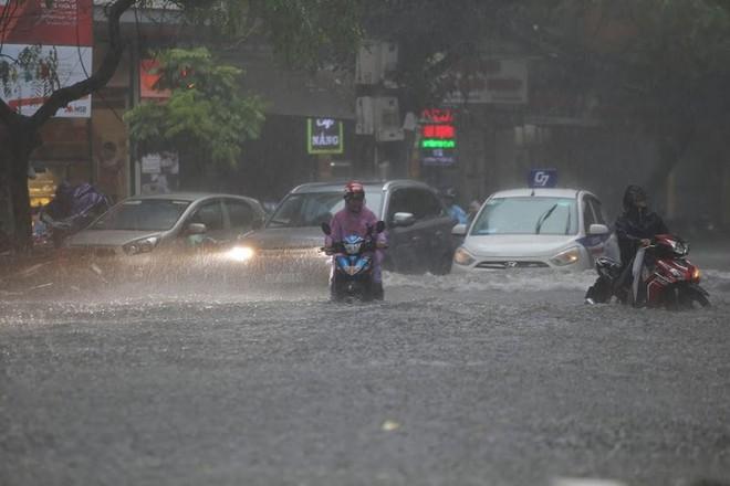 Hà Nội: Nhiều tuyến phố lại ngập sâu sau cơn mưa sáng 8/8 - Ảnh 10.