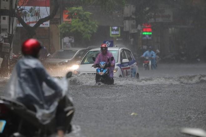 Hà Nội: Nhiều tuyến phố lại ngập sâu sau cơn mưa sáng 8/8 - Ảnh 11.