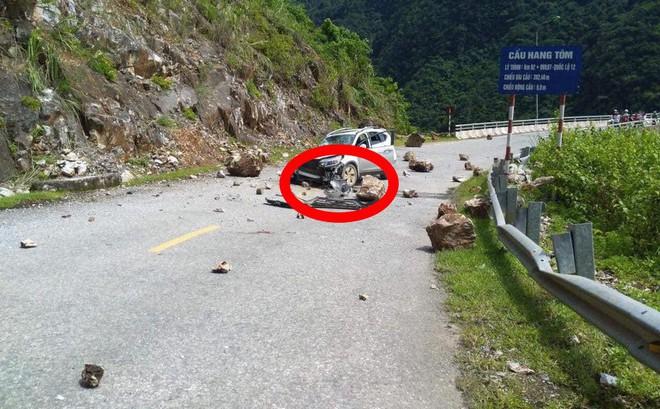 Đang di chuyển trên đường, xe Honda CR-V bị đá lở rơi trúng vỡ toang đầu