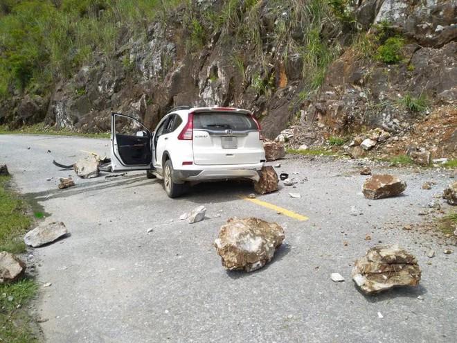 Đang di chuyển trên đường, xe Honda CR-V bị đá lở rơi trúng vỡ toang đầu - Ảnh 2.