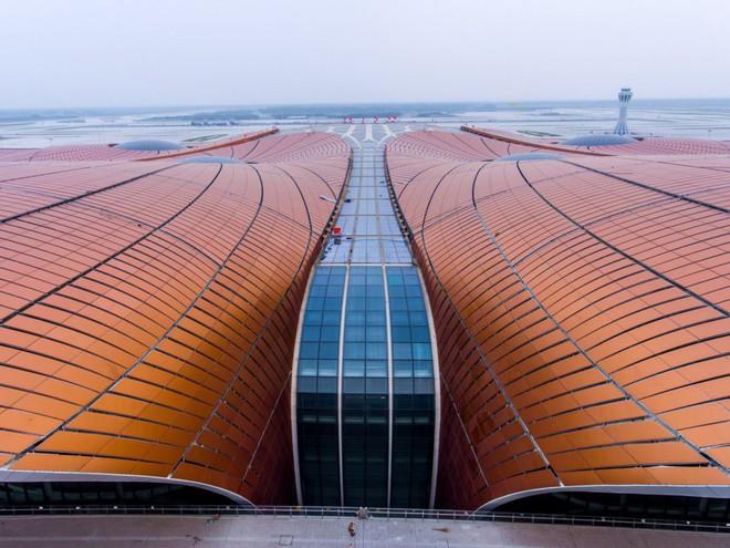 Có gì trong sân bay lớn nhất thế giới trị giá 12 tỷ USD? - Ảnh 2.
