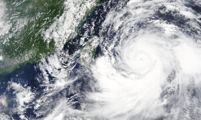 Sức mạnh dữ dội của song bão lao thẳng vào Đông Á: Trung Quốc ban bố 'báo động đỏ' - ảnh 1