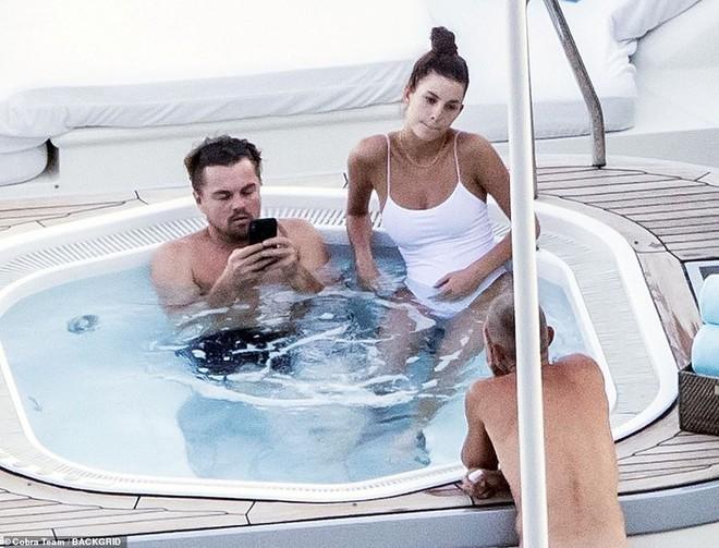 Tài tử Titanic khiến người hâm mộ ngán ngẩm vì liên tục lộ thân hình sồ sề khi đi cùng bạn gái kém 22 tuổi - Ảnh 3.