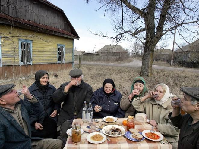 Các nhà khoa học tạo ra rượu vodka từ các loại hạt được trồng tại khu vực loại trừ phóng xạ của Chernobyl - Ảnh 3.