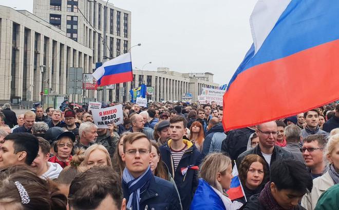 """Người biểu tình Moskva cố """"làm cú chót"""" và phản ứng bình thản bất ngờ của cảnh sát Nga: Cả 2 bên đã đổi chiến lược?"""