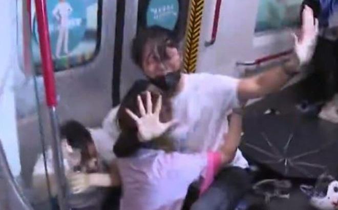 SCMP: Hong Kong bạo lực chưa từng thấy, cảnh sát truy đuổi tới tận ga tàu điện ngầm, dùng dùi cui đánh người biểu tình