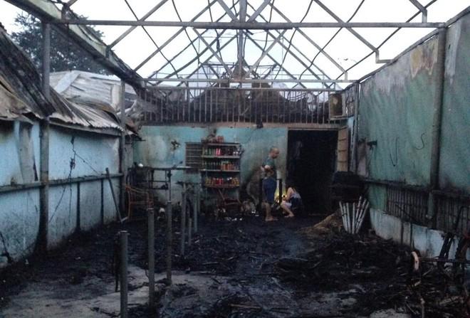 Cháy quán cà phê lan sang kho chứa hàng thiệt hại trên 3 tỉ đồng - Ảnh 1.