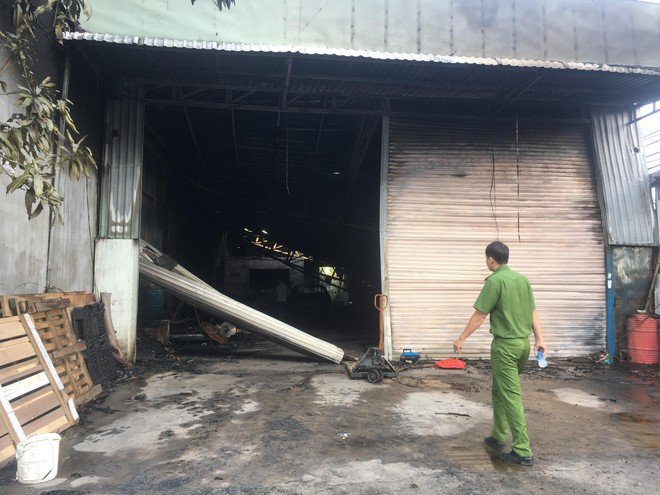 Cháy quán cà phê lan sang kho chứa hàng thiệt hại trên 3 tỉ đồng - Ảnh 2.