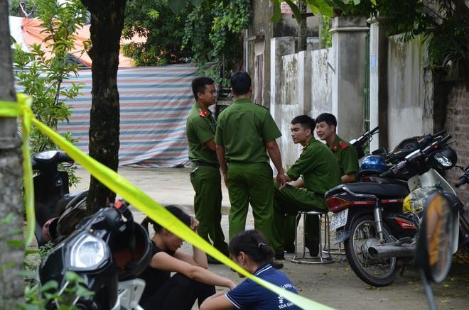 Hiện trường vụ anh truy sát gia đình em ruột khiến 5 người thương vong ở Hà Nội - Ảnh 8.