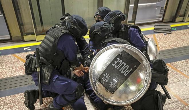 SCMP: Hong Kong bạo lực chưa từng thấy, cảnh sát truy đuổi tới tận ga tàu điện ngầm, dùng dùi cui đánh người biểu tình - Ảnh 3.