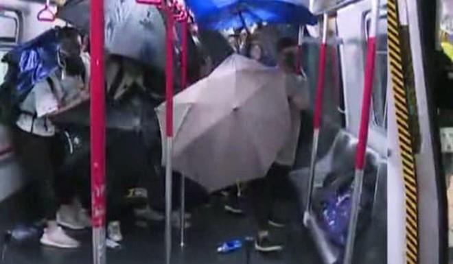 SCMP: Hong Kong bạo lực chưa từng thấy, cảnh sát truy đuổi tới tận ga tàu điện ngầm, dùng dùi cui đánh người biểu tình - Ảnh 1.