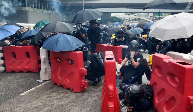 Hong Kong: Súng lại nổ, cảnh sát giả trang trà trộn biểu tình - Ảnh 1.