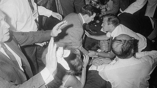 Kẻ ám sát em trai Tổng thống Kennedy bị đâm trong tù - ảnh 2