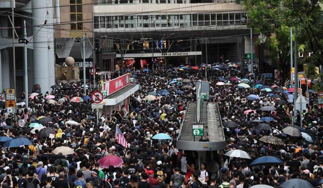 Hong Kong: Súng lại nổ, cảnh sát giả trang trà trộn biểu tình - Ảnh 2.