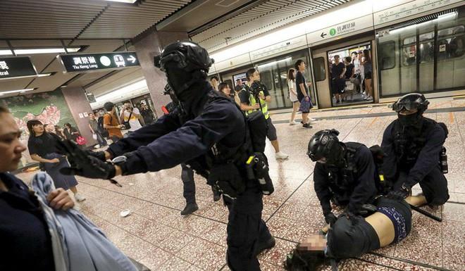 Hong Kong: Súng lại nổ, cảnh sát giả trang trà trộn biểu tình - Ảnh 5.