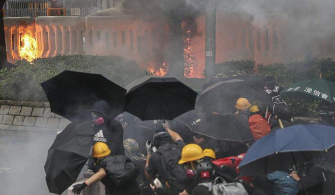 Hong Kong: Súng lại nổ, cảnh sát giả trang trà trộn biểu tình - Ảnh 6.