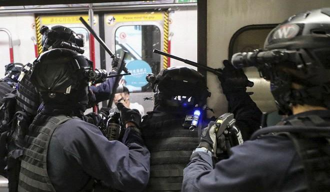 Hong Kong: Súng lại nổ, cảnh sát giả trang trà trộn biểu tình - Ảnh 7.