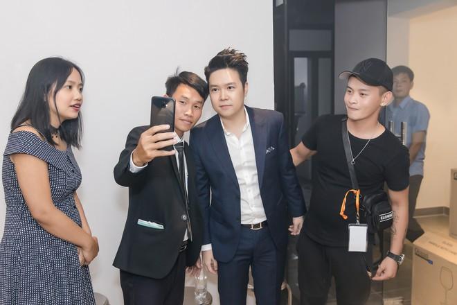 Đông Nhi và Phương Trinh Jolie mặc gợi cảm chạy show ở Vĩnh Phúc - Ảnh 9.