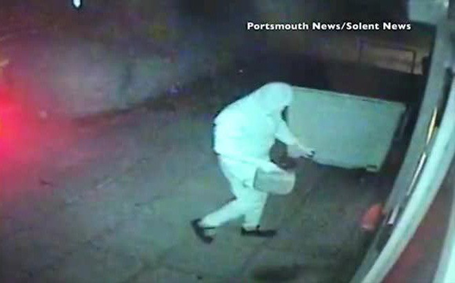 Hết châm lửa đốt rồi đập cây ATM nhưng không thành, nhóm cướp đành bỏ đi tay trắng