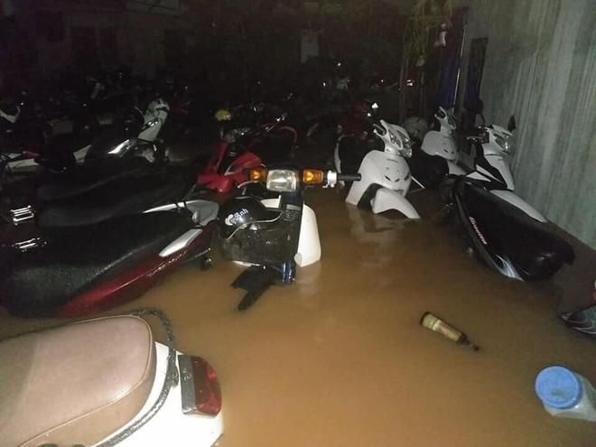 Thái Nguyên thất thủ: Nhiều ô tô ngụp lặn trong biển nước, xe máy gác hết lên ghế cho ráo - Ảnh 8.