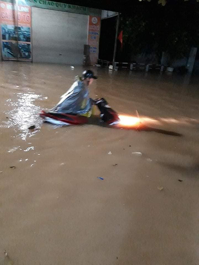 Thái Nguyên thất thủ: Nhiều ô tô ngụp lặn trong biển nước, xe máy gác hết lên ghế cho ráo - Ảnh 4.