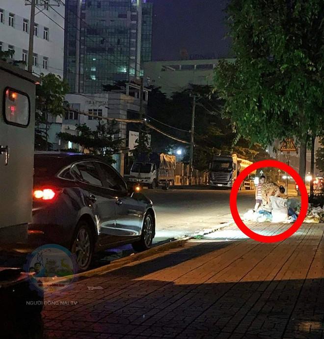 Chủ xe ô tô thấy hai mẹ con đang lục túi rác bên đường và hành động khiến ai cũng khen ngợi - ảnh 1