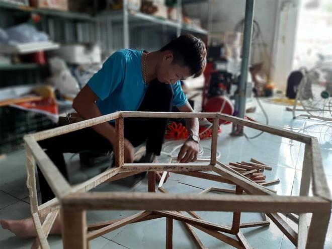 Xem nghệ nhân sản xuất chiếc đèn lồng khổng lồ to hơn xe ô tô ở làng nghề xứ Thanh - Ảnh 7.