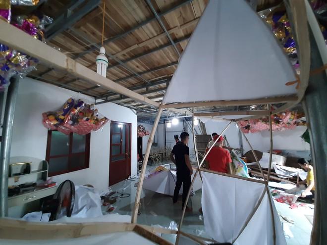 Xem nghệ nhân sản xuất chiếc đèn lồng khổng lồ to hơn xe ô tô ở làng nghề xứ Thanh - Ảnh 1.