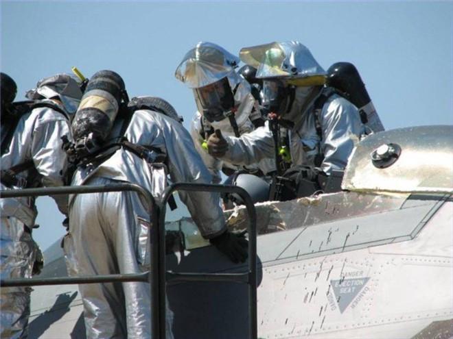 Giải cứu phi công kẹt trong buồng lái tiêm kích tàng hình F-22: Phải dùng biện pháp mạnh - ảnh 5