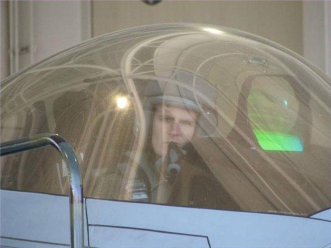 Giải cứu phi công kẹt trong buồng lái tiêm kích tàng hình F-22: Phải dùng biện pháp mạnh - ảnh 1