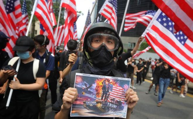 """Người biểu tình Hong Kong mong Mỹ can thiệp, Đặc khu trưởng Carrie Lam tuyên bố """"không cho phép"""""""