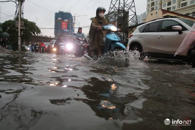 Hà Nội mưa như trút nước, nhiều tuyến phố ngập thành sông - Ảnh 1.