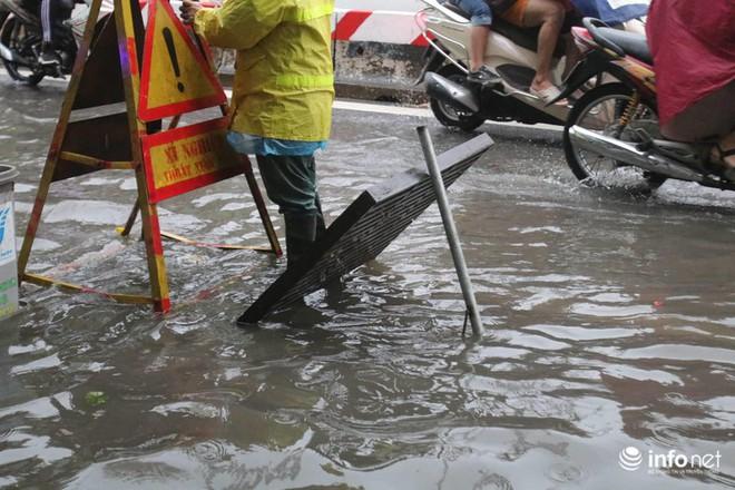 Hà Nội mưa như trút nước, nhiều tuyến phố ngập thành sông - Ảnh 2.