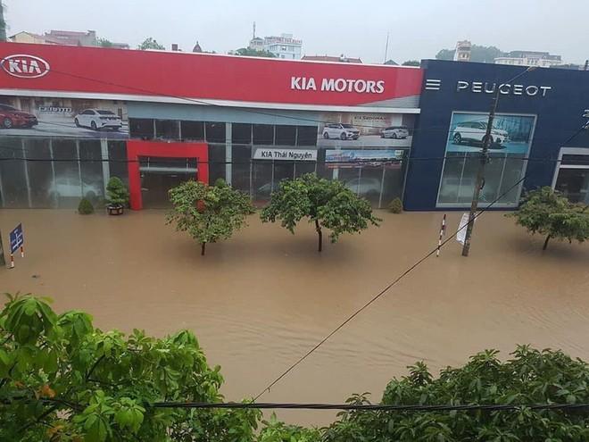 Mưa lớn, TP Thái Nguyên hóa thành sông - Ảnh 2.