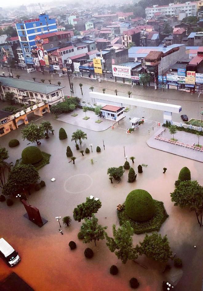 Hàng loạt ô tô, xe máy chìm nghỉm trong trận ngập khủng khiếp ở TP Thái Nguyên - Ảnh 1.