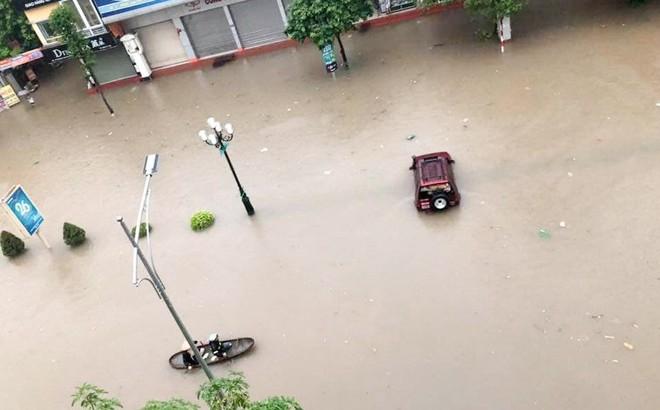 """Hàng loạt ô tô, xe máy """"chìm nghỉm"""" trong trận ngập khủng khiếp ở TP Thái Nguyên"""