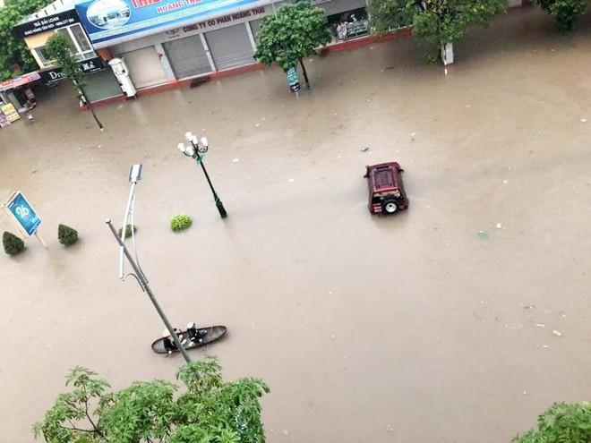 Hàng loạt ô tô, xe máy chìm nghỉm trong trận ngập khủng khiếp ở TP Thái Nguyên - Ảnh 8.