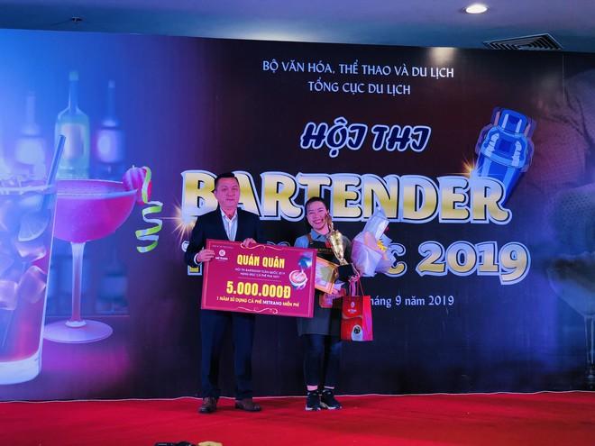 Ông Trần Duy Trí – Phó Tổng GĐ Công ty Cà phê Mê Trang trao thưởng cho Thí sinh Nguyễn Huỳnh Kim Nhung - quán quân hạng mục Cà phê pha máy