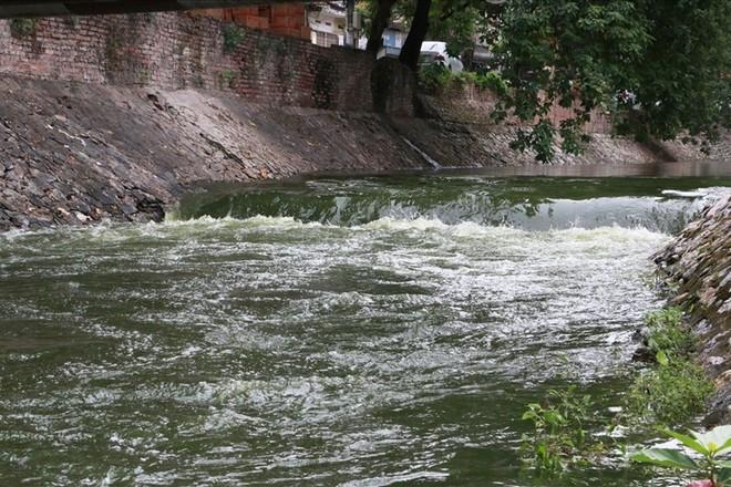 Mưa lớn kéo dài có ảnh hưởng đến dự án làm sạch sông Tô Lịch? - Ảnh 1.