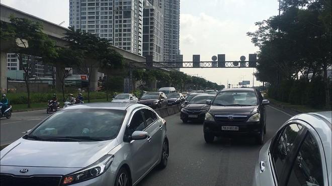3 ô tô tông liên hoàn trên xa lộ Hà Nội - Ảnh 2.