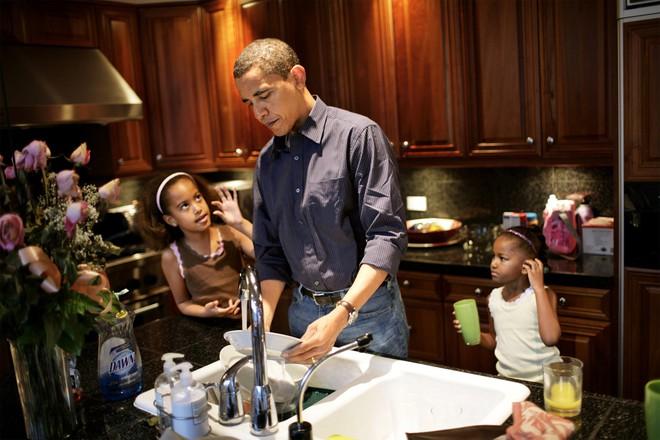 Ông Obama được biết đến là một người cha thời hiện đại rời Phòng Bầu dục để ăn tối với các cô gái.