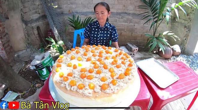 Giỏi như bà Tân Vlog: Bột trộn lõng bõng mà vẫn nướng được cốt bánh căng đét, dân làm bánh đành ngả mũ chịu thua - Ảnh 4.