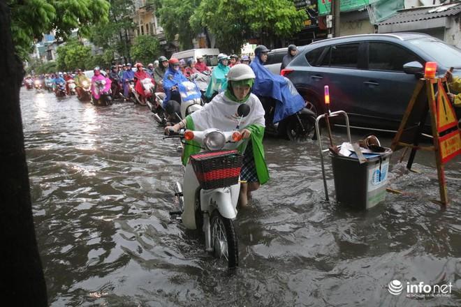 Hà Nội mưa như trút nước, nhiều tuyến phố ngập thành sông - Ảnh 4.
