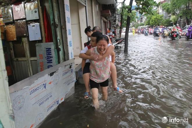 Hà Nội mưa như trút nước, nhiều tuyến phố ngập thành sông - Ảnh 5.