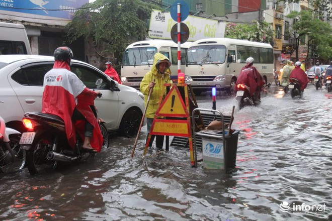 Hà Nội mưa như trút nước, nhiều tuyến phố ngập thành sông - Ảnh 6.