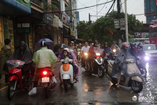 Hà Nội mưa như trút nước, nhiều tuyến phố ngập thành sông - Ảnh 7.